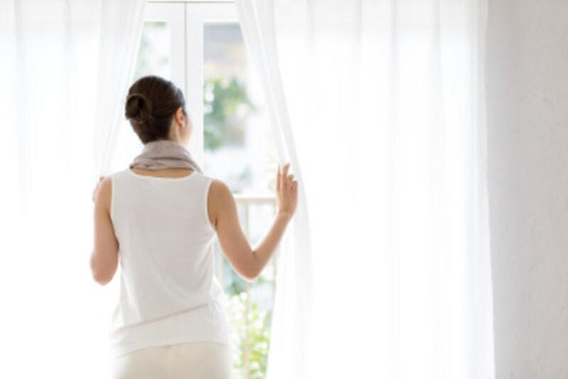 部屋が暑い…1人暮らしのが涼しい部屋作り。外から入り込む日差しを防ぐだけで、部屋の中の温度の上昇を遅らせることができる