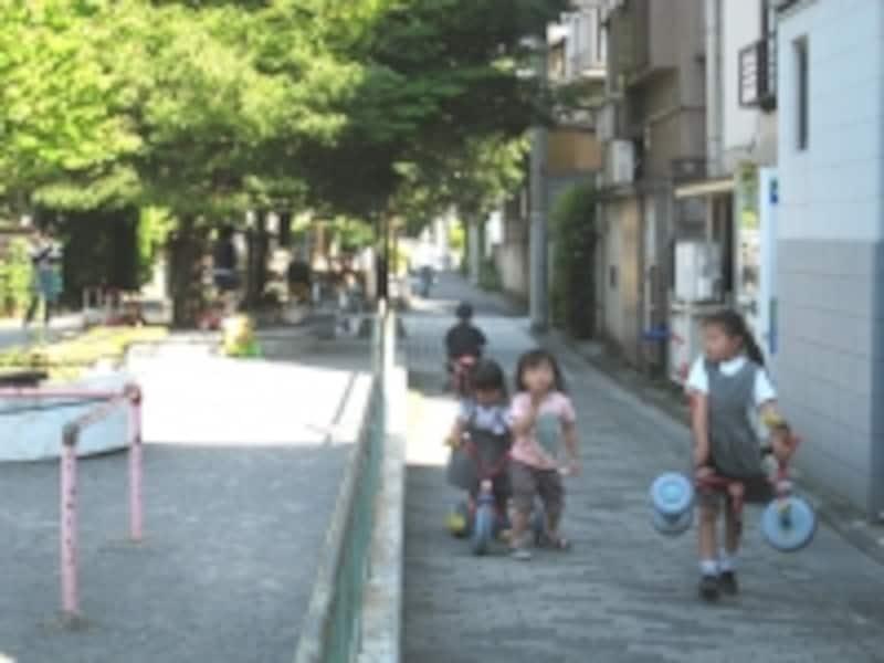 大きな公園はないものの、街中のところどころに現れる緑道が子どもたちの遊び場。遊具が置かれている場所もある