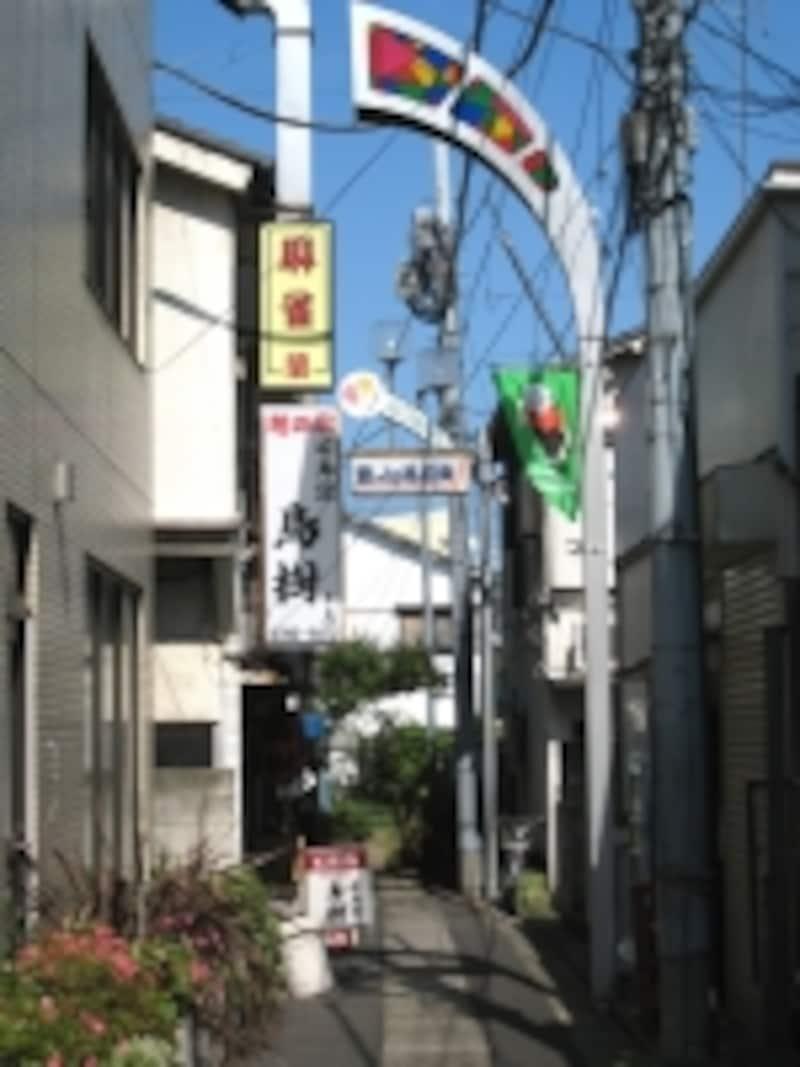 駅周辺の路地の奥には小さな飲食店やスナックが点在。知る人ぞ知るような店も