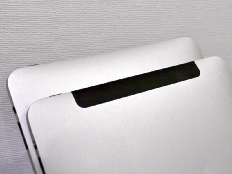 3G対応版は背面に黒いアンテナ部分がある。Wi-Fi版は背面がすべて金属になっている