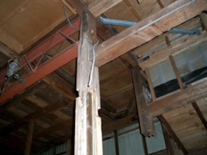 解体現場:梁などで欠かれた軸力のない柱