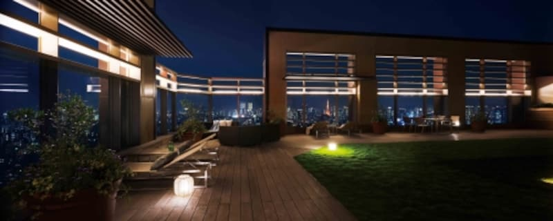 夜間の屋上デッキ。照明の演出も効果的
