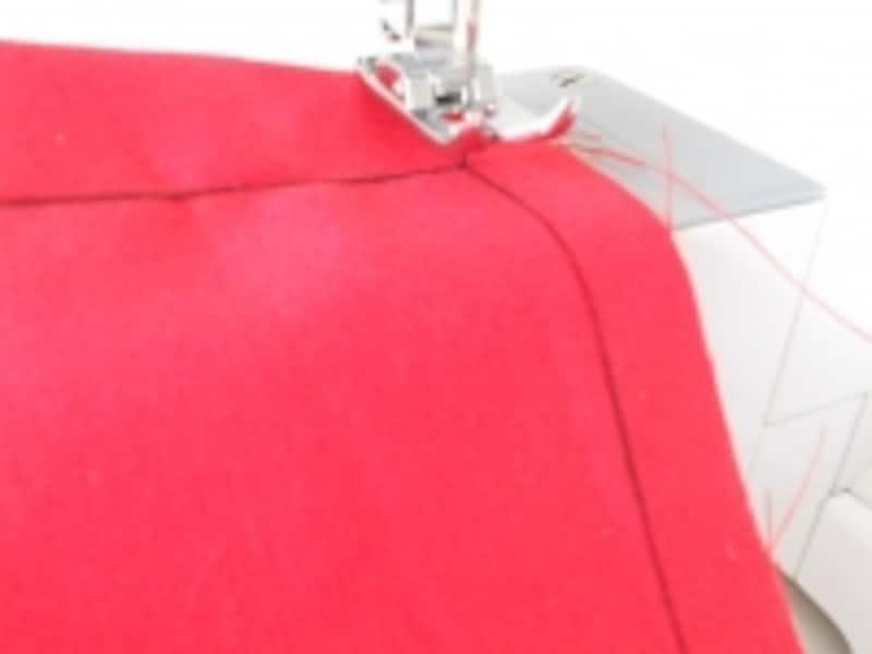 角に針を刺したまま、押さえを上げて布の向きを変えます