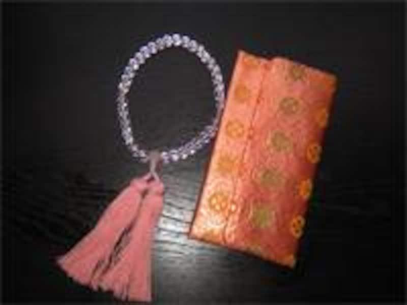 数珠はさまざまな種類があります。材質や色など好みで選んでみては。