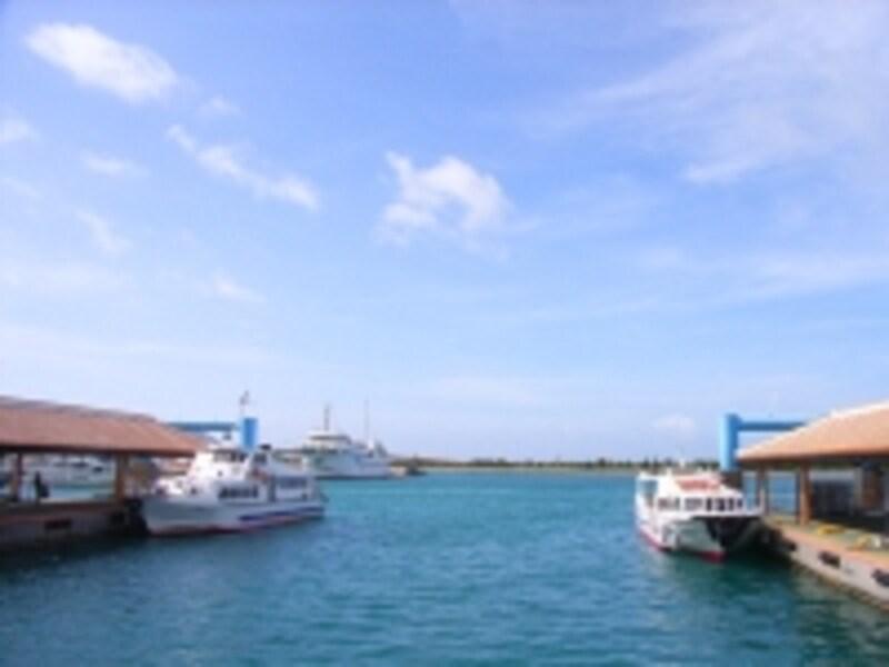 一日中忙しく各島行きの船が発着する船乗り場
