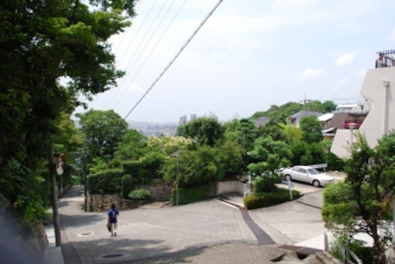このエリアで住まうには、坂道をゆっくりと歩く生活の余裕が必要。