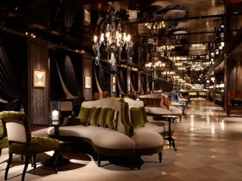 6階にあるフロントはフロントというよりも貴族の館。シャンデリアとビロード張りのソファーが続くラウンジもドラマティック