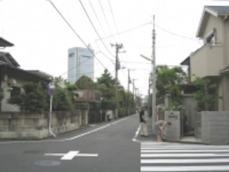 一戸建てメインの住宅街。マンションなども3階、4階まで。高い建物がなく、空が広い