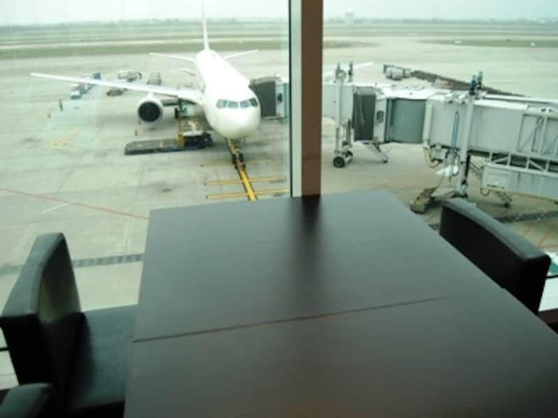 飛行機が見えるカフェで一休み