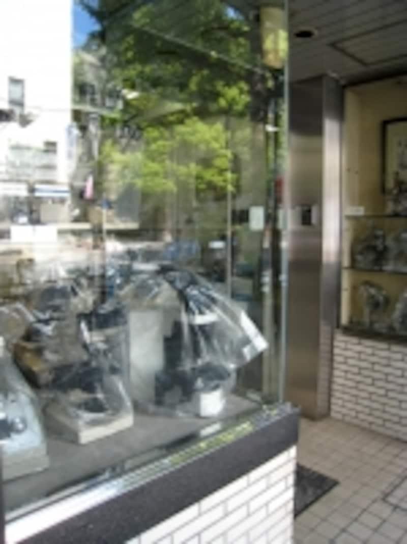 通り沿いで見かけた顕微鏡の専門店。意外に小さな店、事務所が多いようで、素人目にはなかなか分かりにくい