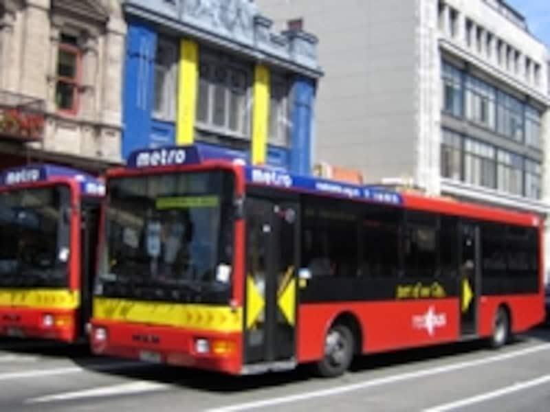 地元の人たちの足がわりにも使われる公共バス