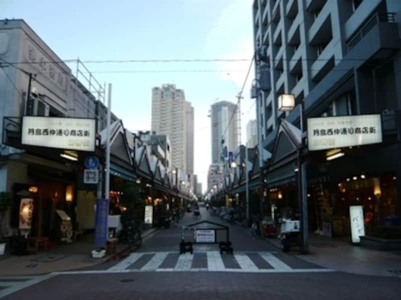 商店街に約80軒のもんじゃ焼き店が!最近は周囲に高層マンションが建ち並んでいますが、江戸情緒たっぷりの街です