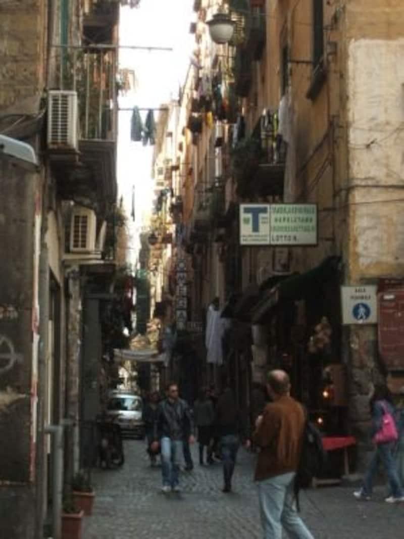 ナポリの素顔を垣間見るスパッカナポリ。路地歩きは面白いけど要注意!