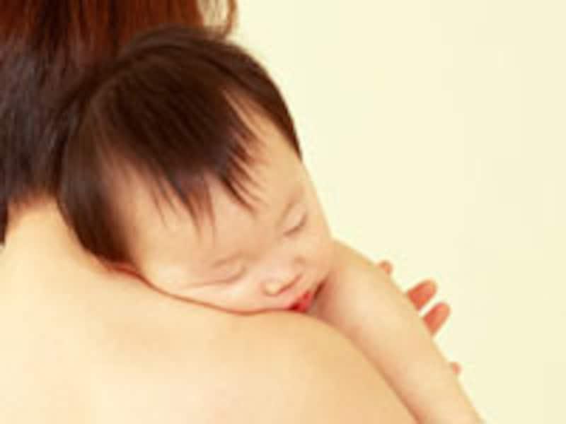 赤ちゃんをお母さんの素肌の胸の上に抱っこするカンガルーケア