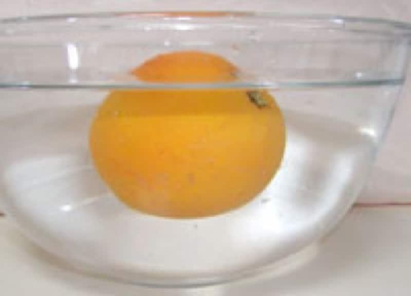 オレンジは浮いた