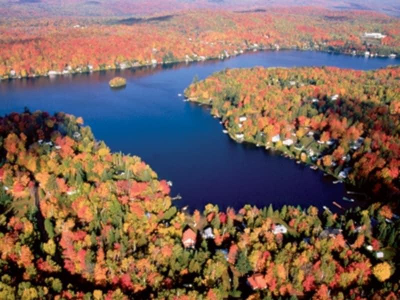 湖の青とのコントラストも美しいローレンシャン高原の紅葉undefined(C)TourismQuebec