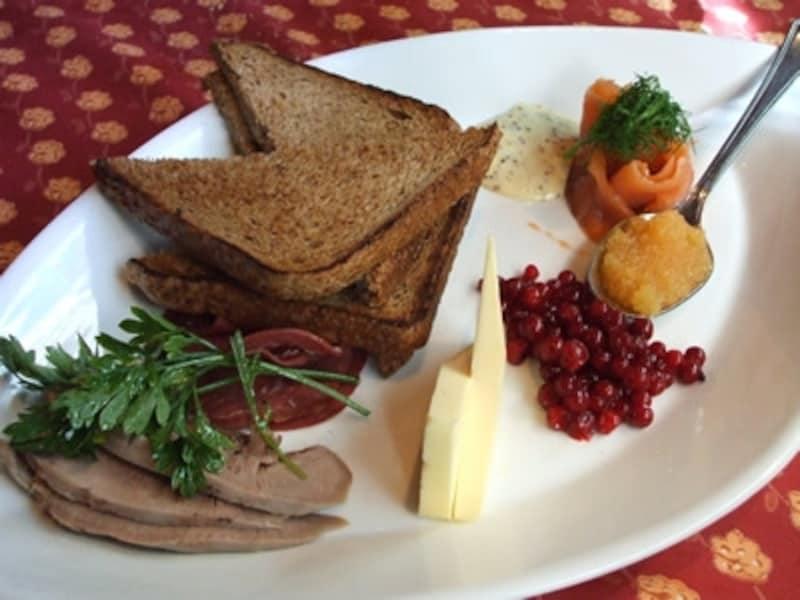料理にも色の濃いライ麦パンが添えられることの多いフィンランド