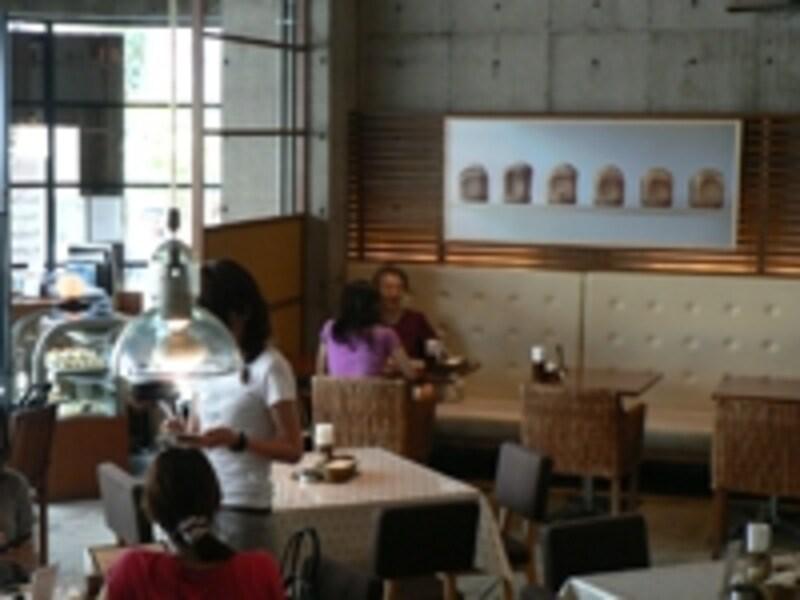 明るく開放的な店内は、パンの写真などが飾られかわいい雰囲気に