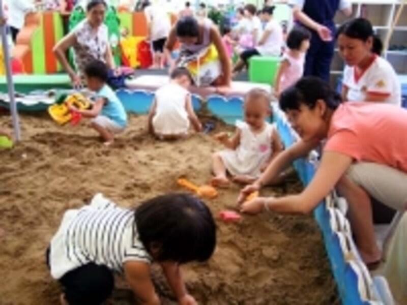 特に都市部では子供が一人で遊んでいる姿