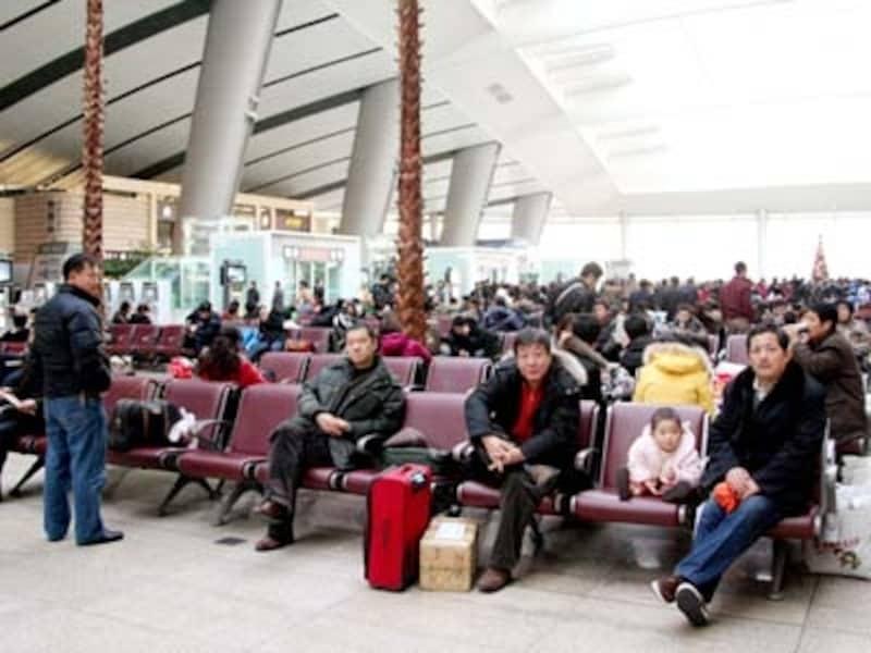 北京南駅の構内。汽車や飛行機で毎日多くの人たちが都市部に