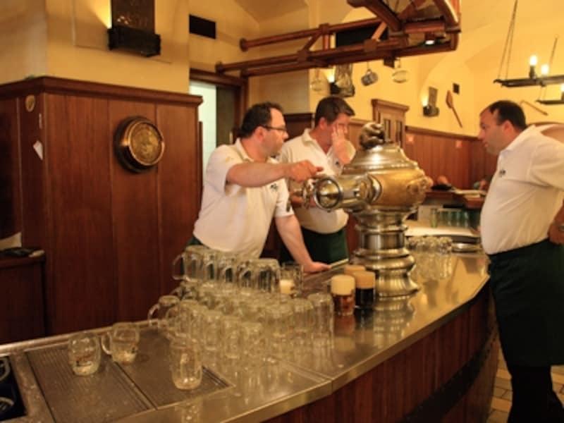 プラハのレストランではビアサーバーが主役です