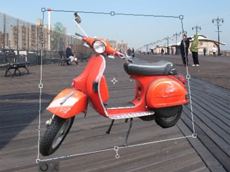 背景のパースに合わせて切り取ったスクーターを変形する