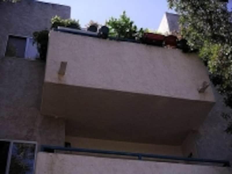 バルコニーは建物から張りだしたタイプ。スイスでは鉄柵のバルコニーにたくさんの花を飾る光景も見られる