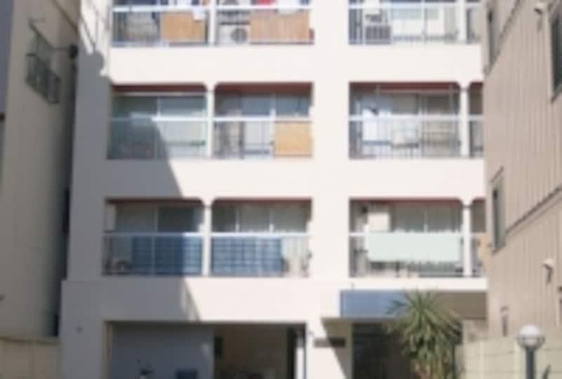 バルコニーは屋根があるタイプ。洗濯物を干すときに便利
