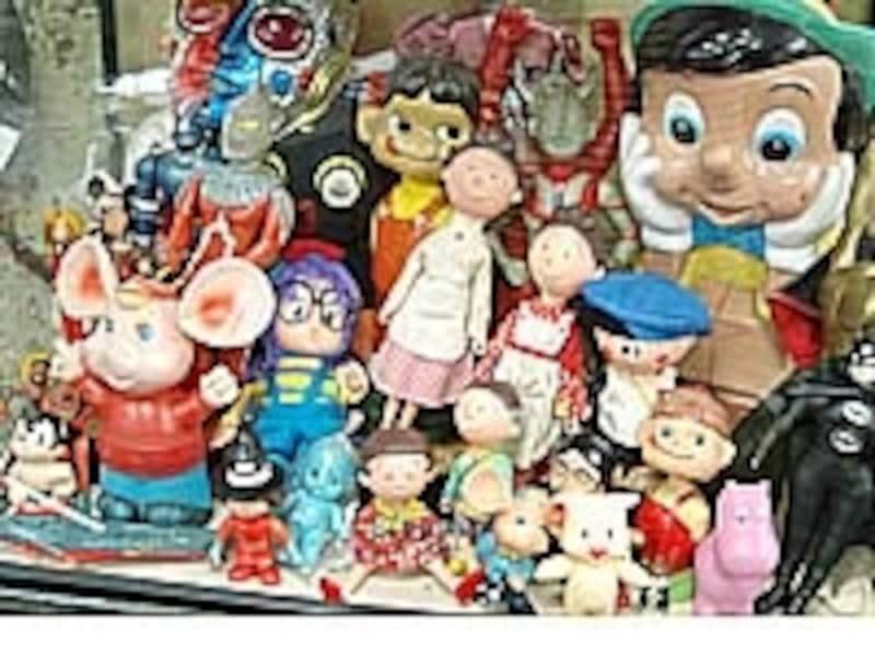 ソフトビニール人形などおもちゃもいっぱい。筋金入りコレクターの館長さんの守備範囲の広さにも驚愕
