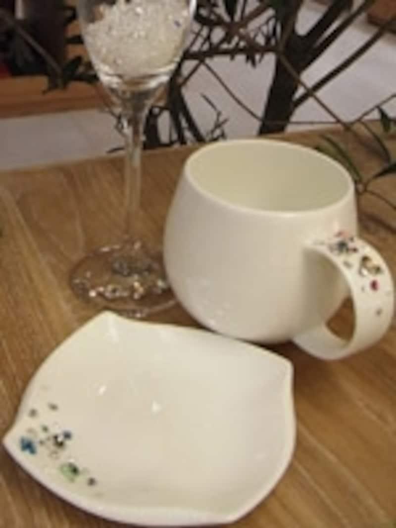 シャンパングラス、カップとお皿の3種類。接着剤を使っていますが、直接口に触れない部分に使うので安心