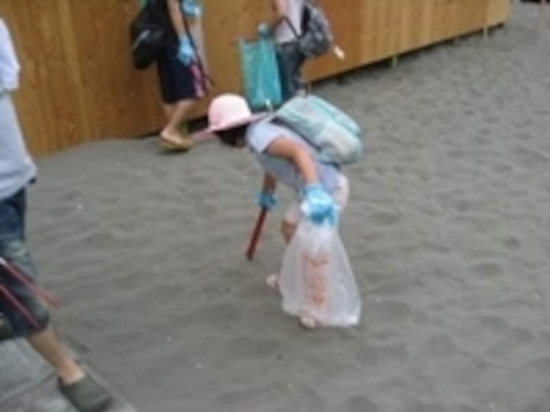 浜辺をきれいにするビーチクリーンは、1年中行われていますが、夏は特におすすめ