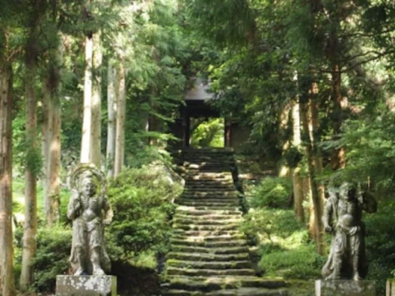 両子寺山門。国東の寺の山門は、よく、石の仁王様に守られています