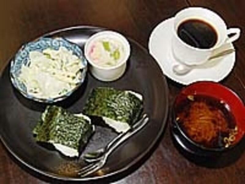 コーヒーのおまけなのにおにぎり、茶碗蒸し、味噌汁まで付いてくるお店も。写真は「カレン」のモーニングサービス400円