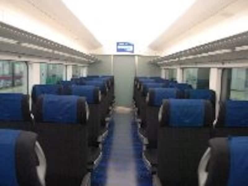 青い座席と白い天井のコントラストが爽やかだ