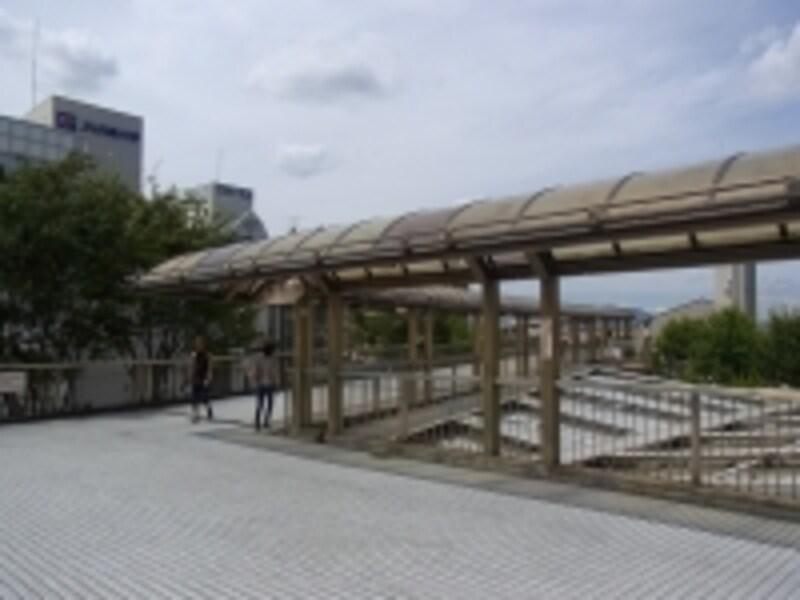 阪急「川西能勢口」駅とJR「川西池田」駅は徒歩4分ほどの距離。デッキでつながっている。