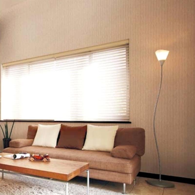 壁紙リフォーム・クロス張替えで、生成りの織物調の壁紙なら古い枠や家具とも馴染みやすい(サンゲツ)