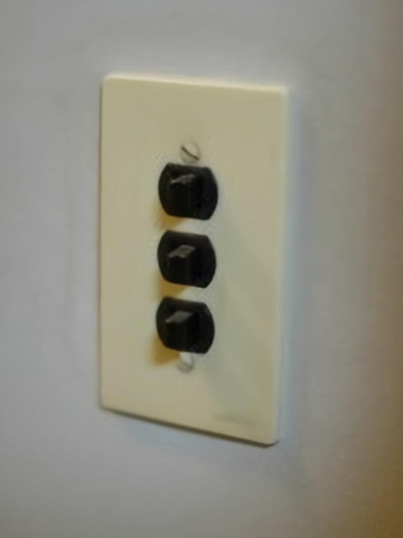 壁紙リフォーム・クロス張替えをする時、古いスイッチプレートなどには注意が必要