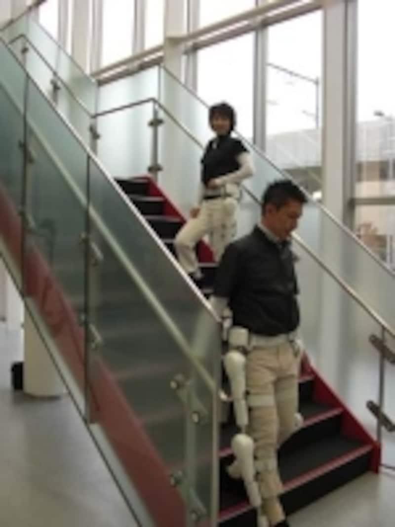 ロボットスーツ「HAL」の下半身タイプ(上半身タイプもある)。障害のある人や高齢者でも装着すれば楽に階段の上り下りができるようになる(クリックすると拡大します)