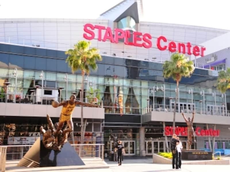 レイカースの本拠地ステープルズセンターの前には有名選手のゴールド像