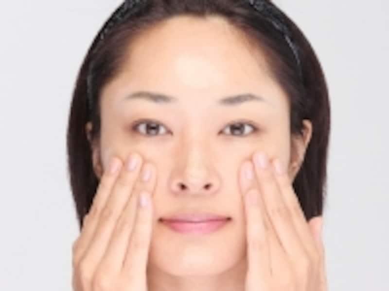 置くときの分量は、頬:6、額:2、鼻先:1、あご:1を目安に。