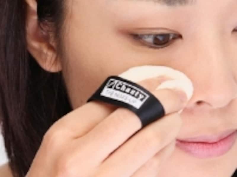 小鼻の横や目のキワなどの細部は、パフを折り曲げて押さえるようにして。