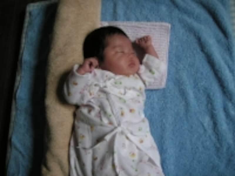 仰向けで寝ない赤ちゃんは横向きにすると寝やすくなる