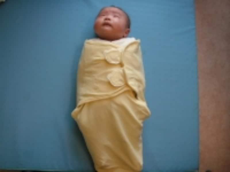 スワドルミーで赤ちゃんを包むと子宮の中にいたような感じになるそう
