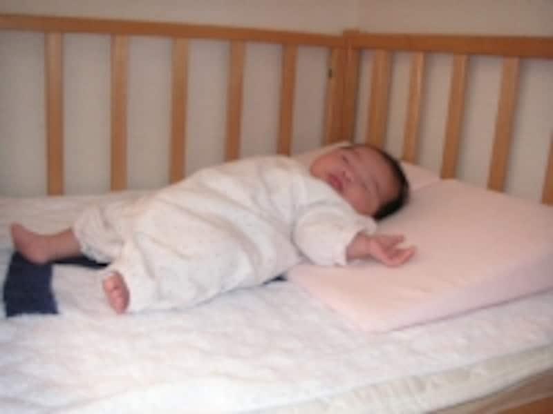 嘔吐用のクッションに寝かせると逆流が防げます。