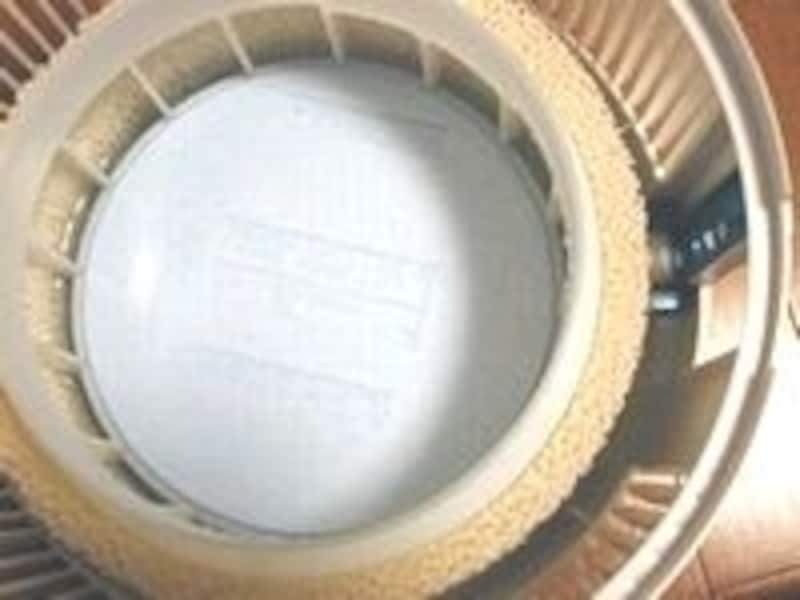 写真は「ボネコ加湿器・気化式フィルターマット型(丸型)」内部。シンプルな構造