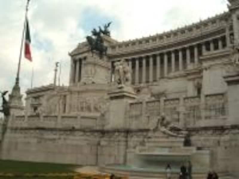ベネチア広場の正面にそびえる白亜の殿堂