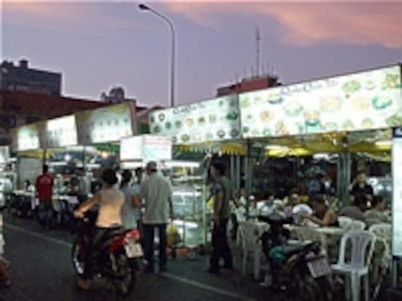 ベトナム、ホーチミン。日が傾きはじめれば本格的な屋台タイムがスタート