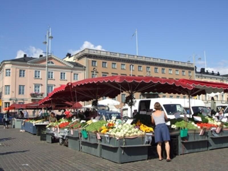 食材から民芸品までバラエティに富んだ品が集まるマーケット広場