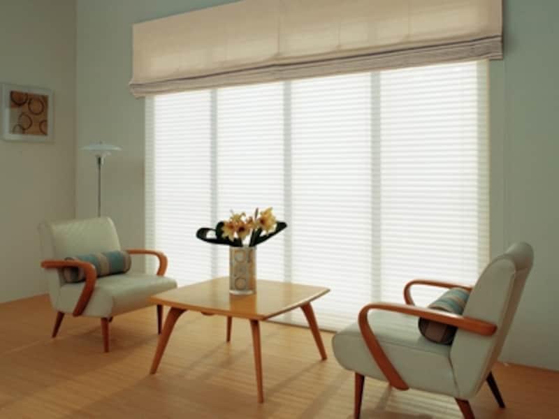 和モダンだけでなくシンプル空間に合う、柔らかな光を楽しむプリーツスクリーン。遮熱効果もばっちり。タチカワブラインド「フェンス」シリーズ(画像:タチカワブラインド)