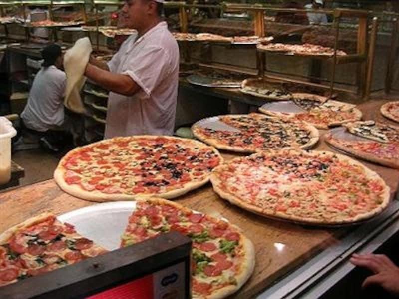 ピザはその場で温めてくれるので、アツアツを食べられますよ!